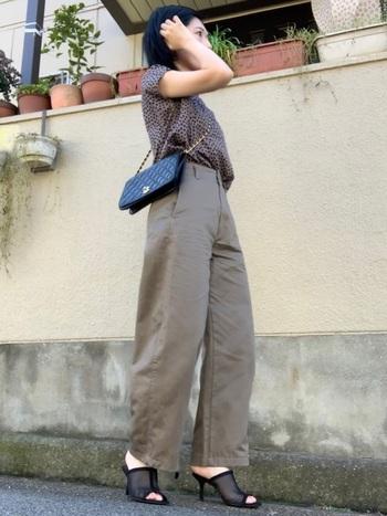 レザーのキルティングバッグとミュールサンダルを合わせて、レディライクなスタイルに昇華された綺麗めカーブパンツコーデです。