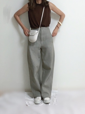 白いレザーのバッグ、スニーカーを合わせるとベージュに一層清潔感が増します。