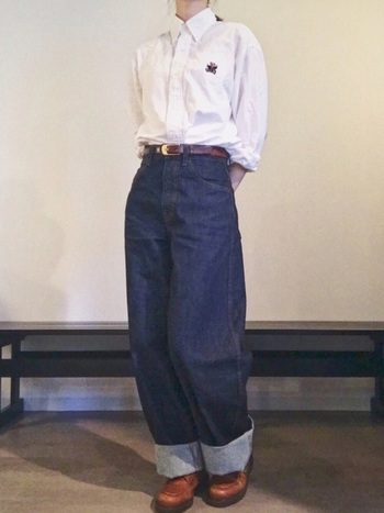白シャツにジーンズの定番的シンプルコーデは、太めにロールアップした裾をアクセントに。ユニクロのカーブパンツは太めに折り返してもシルエットがとても綺麗。