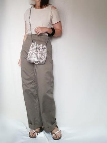 ベージュのカーブパンツは、トレンドのパイソン柄とよくお似合い。悪目立ちせず、きちんと馴染んでくれるので大人らしい品の良さを感じさせます。
