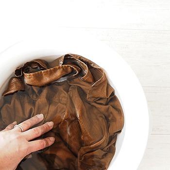 リネンは色落ちしやすいのでなるべく短時間で洗いましょう。おしゃれ着洗いのような中性洗剤を使い、ぬるめのお湯(30℃以下)で優しく押し洗いします。