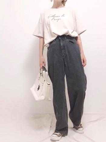 Tシャツとコンバースを合わせたシンプルスタイルですが、ブラックデニムのタイプならおしゃれ感アップ。存在感があるのでシンプルなコーディネートがおすすめ。