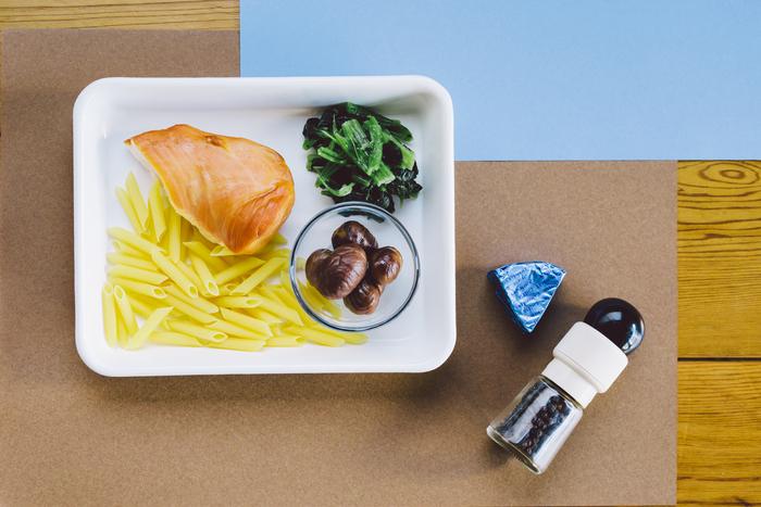 ・早ゆでペンネ 30g ・水 100ml ・スモークチキン 1/2枚 ・甘栗 5粒 ・冷凍ほうれん草 50g ・塩 ひとつまみ ・カマンベールチーズ 1個 ・ブラックペッパー お好みで