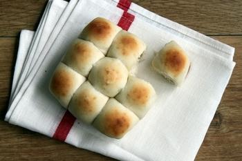 """オーブンがなくてもパンは焼けます。こちらは、牛乳パックを型にしたちぎりパン。時間のあるときに""""捏ね""""から""""成形""""までをして野菜室で発酵させ、焼きたいときにオーブントースターで焼くという方法もあるようです。"""