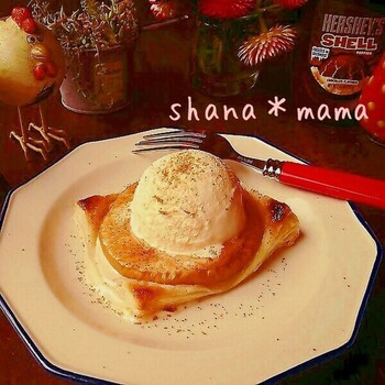 冷凍パイシートでりんごを包んで、オーブントースターで焼くだけ。こんがりサクサクであっつあつ。とろけるりんごと香ばしいパイ、アイスクリームのハーモニーが楽しめます。