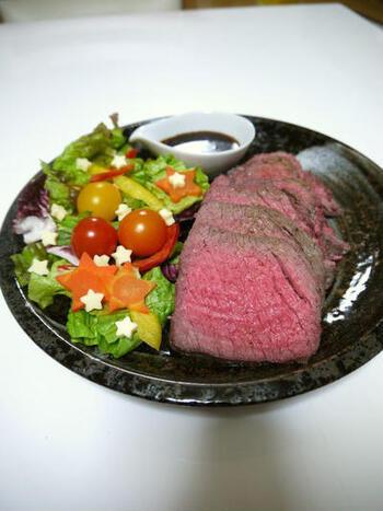 ローストビーフが意外に簡単にできることはよく知られていますが、実はオーブントースターでもできるんです。常温に戻した牛肉をアルミホイルで包み、オーブントースターで上下を返しながら焼きます。焼き上がったらそのまま余熱で火を通し、ソースをかけて召し上がれ。