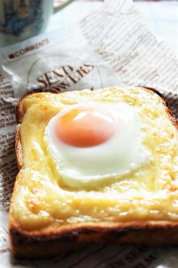 マヨネーズで土手を作って、生卵を落としてトーストします。映画のラピュタ風。余熱も利用しながら、卵に火が入り過ぎないようにするのがコツですね。黄身をとろ~り崩していただきましょう。