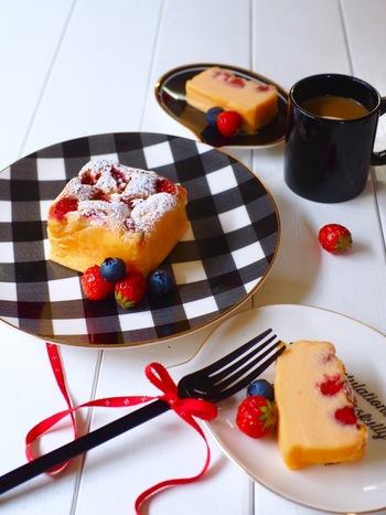 牛乳パックに生地を入れ、アルミホイルで包んでオーブントースターで焼くチーズケーキ。手軽ですね。苺がなければ季節の果物を使うのもいいですし、冷凍ベリーでもいいでしょう。