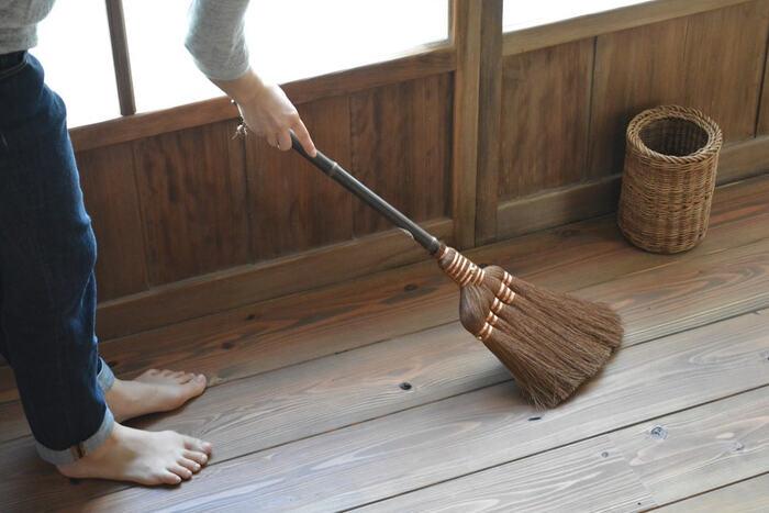使っているうちに箒の穂先が曲がってしまうこと、多いですよね。同じ方向に掃くことでクセがついてしまうんです。まがってしまった穂先は、水に浸してお手入れできますよ。
