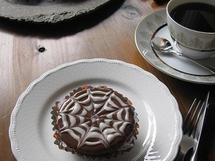 ミルクチョコレートのコーティングに、ホワイトチョコレートで描いた蜘蛛の巣がハロウィンらしいプチショコラ。蜘蛛の巣は、ホワイトチョコで円を何重か描いたら、竹串などで中心から外側へ数本の線を入れるだけで、いつものケーキが簡単にハロウィンケーキに変身します。