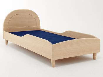 スモールベッドでありながら、このオシャレさと奥行き186cmのサイズ感は、大人まで十分対応できるのが高ポイント。  さりげないサイドフレームが寝具のズレを防止してくれるので、初めての一人寝にもぴったりの優しいデザインです。耐荷重150kgなので、ちょっと心細い夜はママとの添い寝もOKですよ。