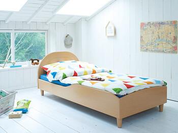 ベッドカバーのテキスタイルでガラリと雰囲気が変えられるシンプルさも、これからどんどん好みが変化する時期のお子さんには安心ですね*