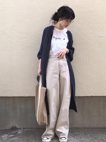 Iラインシルエットが際立つロングカーディガンは、海外のランウェイなどでも目立つこの秋冬のトレンドアイテム。インナーにはスッキリとしたTシャツがぴったりです。