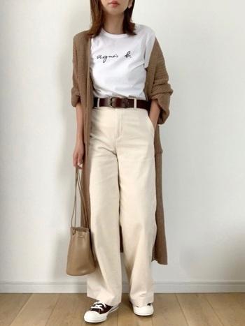 Tシャツにロングカーディガンを軽めに羽織って、抜け感のあるリラックスムードに。ロゴもさりげなくアピール。