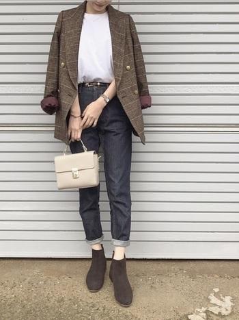 ジャケットの肩掛けスタイルのインナーには、かさ張らないTシャツが最適。こなれた雰囲気が素敵ですね。