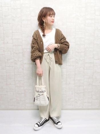ザックリと編まれたローゲージのショート丈カーディガンとTシャツは相性良好。女性らしくて好感度の高い組み合わせ。