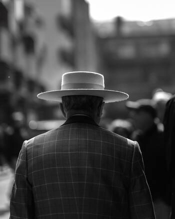 定年退職の際は、長い間勤め続けたことに対する労いの言葉をかけます。ただし、目上の人が相手ですのであからさまな労いの言葉ではなく、感謝や尊敬の意を伝えるようにしましょう。