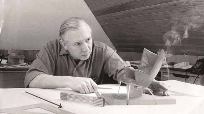 「椅子の詩人」と呼ばれる、デンマークの世界的デザイナー「ハンス J. ウェグナー」。生涯をかけてゆっくりと地道に、しかし着実に進化させながらつくり続けた作品は、実に500脚以上だと言われています。世界的なデザイナーという華やかなイメージとは裏腹に、いち「家具職人」という堅実で謙虚な人柄も魅力のウェグナー。彼は実直な「職人らしさ」を大切にしながらも、現代に合わせて柔軟性も持ち合わせていました。手仕事の良さ、機械化の良さをいずれも認め、安全で美しく、より良い商品を求めやすい価格で提供することこそ最善だと考えたのです。  「日本は自分にとってきわめて特別な国…」  彼自身の言葉のなかにも、日本の建築や工芸美術に心惹かれていたことが残されています。だからこそ、彼の作品は今日も日本人の心に響き、どこか親近感を覚えるのかもしれません。