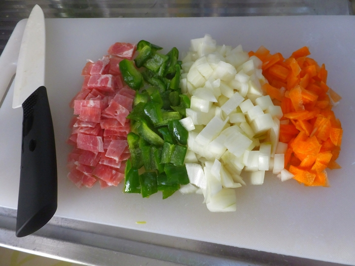 野菜を一度にまとめてフライパンで炒めたり、茹でたりするときは同じ大きさに切り揃えましょう。食材の大きさが違うと、小さいものは焦げ、大きいものはまだ中まで火が通っていないという状態になることも。カットサイズを揃えることで、食材ごとに別々に調理する手間も省けます。