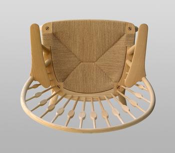 その名のとおり、まるで孔雀が羽根を広げたようなデザインが特徴。実際よりも大きく感じさせる、背もたれの華やかなデザインが目を惹きます。  平らになった部分は、人が座るとちょうど肩甲骨が当たるように設計されているのだとか。ウェグナーの椅子らしい、人間工学的な美も魅力です。