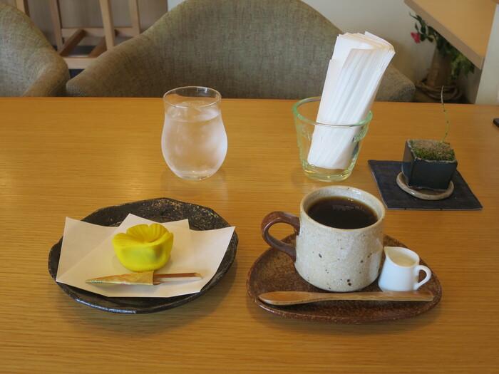 もちろん、普通にカフェとしてお茶を飲むだけでも大丈夫です。画像の和菓子セットは、予約しないと購入できない鎌倉老舗の和菓子屋「美鈴」の上生菓子が食べられるとあって、注文するお客さんも多いメニューです。そのほか、カレーやパスタなどの洋食もあり、ランチも美味しくいただくことができます。
