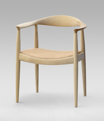 ウェグナー作品のなかでも最高傑作のひとつだと謳われ、JFKの「椅子の中の椅子」という言葉をきっかけに愛称としてこう呼ばれるようになった「ザ・チェア」。  その品格のある佇まいと快適な座り心地から、世界の王室や政治家などにも愛用されている名作椅子です。