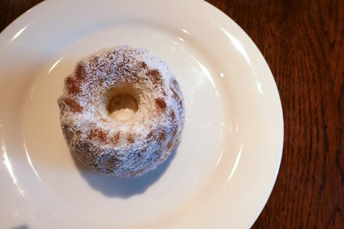 """2軒目は、2017年度の「現代の名工」に選ばれたフランス菓子界の重鎮""""島田シェフ""""のお店のクグロフです。  「ラトリエ・ド・シマ」のクグロフは、ラム酒風味のシロップがたっぷりと染み込み、中はふんわり、表面はカリッとした仕上がりです。ふんだんにまぶされたグラニュー糖の食感と甘みが加わり、さらに美味しさアップ。「ラトリエ・ド・シマ」の王道クグロフは、一度食べたらファンになること間違いなしですよ!"""