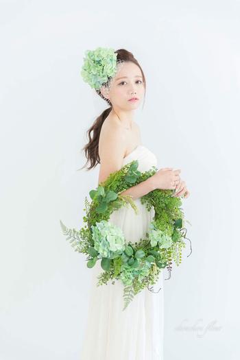 グリーンたっぷりの花冠とリースブーケで感たっぷりのコーディネート。エンパイアドレスのストンとしたシルエットが飾らない自然体のあなたにしてくれますよ。