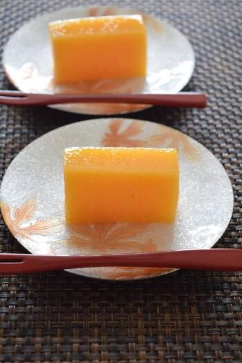 柿とグラニュー糖だけで作る「柿ようかん」はとってもシンプル。余計なものが入っていない、シンプルイズベストな柿のスイーツレシピです。