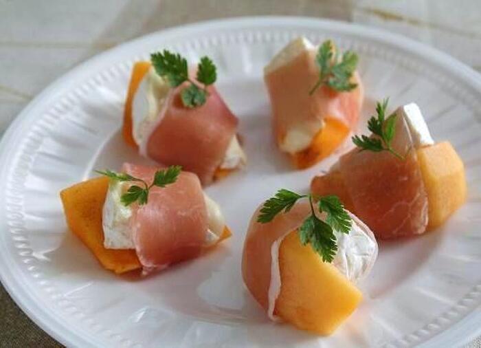 柿とカマンベールを生ハムで巻くだけで、甘みと塩味が口の中で見事にマッチング。ホームパーティーのオードブルにもオススメです。