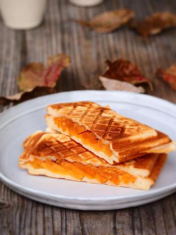 朝ごはんに悩んだら是非作ってみていただきたいのがこちらの「柿とクリームチーズのホットサンド」です。柿は火を通すことでさらに甘みが増します。隠し味のシナモンも効いてとっても美味しいですよ。