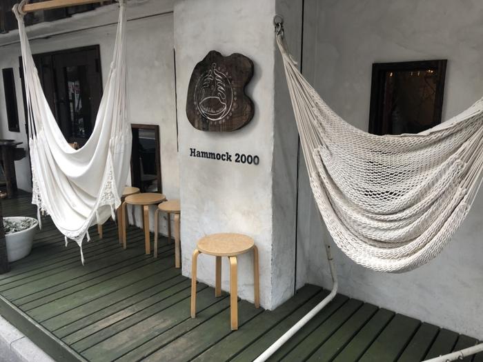 次にご紹介するのは、ハンモックの体験型ショールームとカフェが融合した「マヒカマノ」。吉祥寺駅から徒歩約5分、店先にかかっているハンモックが目印です。