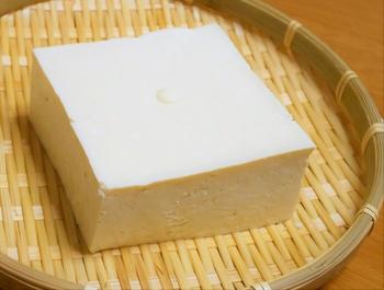 絹豆腐でもできますが、崩れやすいのでしっかりと水を切るのは難しくなってしまいます。もし絹を使いたいなら、重しを使う方法以外で水切りするのがおすすめです。