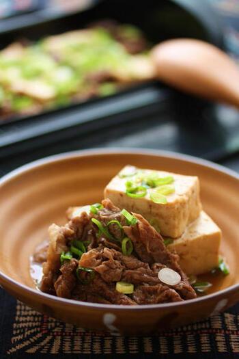 水分が抜けることで豆腐が崩れにくくなる上に、水分があった部分に味が染み込みやすくなります。肉豆腐などの煮物やゴーヤーチャンプルーなどの炒め物を作る時は、ぜひ水切りをしましょう。