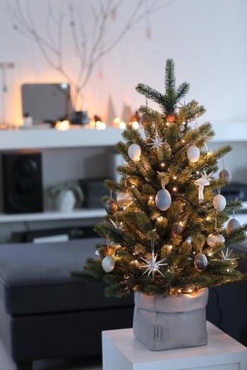 シンプルから北欧風まで。おしゃれに楽しむクリスマスツリーの《選び方・飾り方》