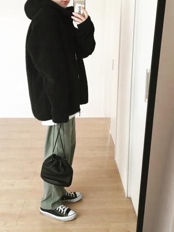 どんなスタイルにも馴染む「ブラック」は、毎年大人気のカラーです。そんな定番色のジャケットもオーバーサイズを選ぶことで、より新鮮な着こなしが楽しめますよ◎。リラックス感のあるシルエットがおしゃれな雰囲気です。