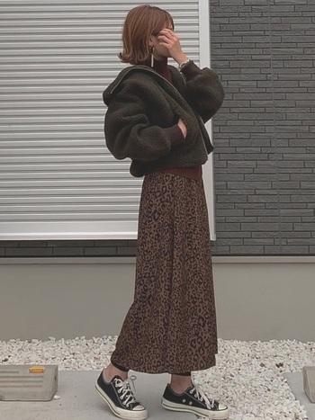 こちらのコーディネートは、カーキ×レオパード柄の辛口な組み合わせがとってもおしゃれ。ブラウンとカーキでまとめた、秋冬らしい温かみのある配色も素敵ですね。今年はシックなカーキ色のジャケットを上手に取り入れて、抜け感のあるおしゃれな秋冬コーデを楽しんでみませんか?