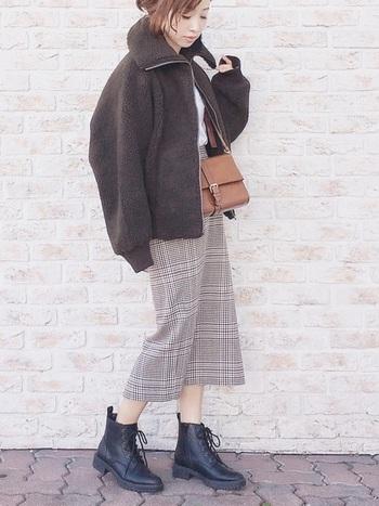 秋冬は辛口な「カーキ」色のフリースジャケットも大人気です。こちらはユニクロのフリースジャケットと、GUのスカートを組み合わせたおしゃれなカジュアルコーデ。チェック柄のスカートをアクセントにしたクラシカルな装いも、カーキ色のジャケットを合わせることでシックで大人っぽい雰囲気のコーディネートに。