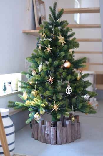 ゴールドとウッドでまとめた、華やかだけどシックなクリスマスツリー。足元は園芸用のアンクルウッド(柵)をクルリと巻いて雰囲気アップ。