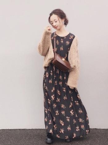 GUのボアブルゾンを花柄ワンピースと組み合わせれば、女性らしくて華やかな雰囲気のコーディネートに。上品なベージュのフリースジャケットはスカートやワンピースにも合わせやすく、秋冬の様々なコーディネートに活躍してくれますよ◎。