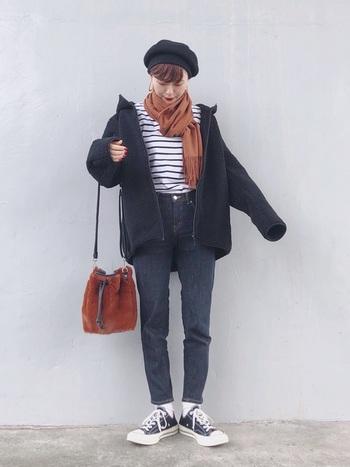 オーバーサイズのフリースジャケットに、ボーダーT&ベレー帽を組み合わせたフレンチシックな大人カジュアル。ビッグシルエットのジャケットと、細身のデニムのバランスが絶妙です。差し色としてブラウンの小物をプラスすることで季節感あふれるコーディネートに。