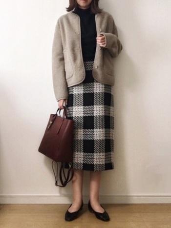 ユニクロのジャケットはキレイめな印象のコーディネートにも◎。タイトスカートとパンプスを組み合わせれば、シックで大人っぽい雰囲気のスタイリングに。チェック柄のスカートやブラウンのバッグなど、秋冬らしいアイテムも素敵ですね。