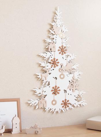 ホワイトを基調にしたウッディな壁掛けツリー。可愛いけれど甘すぎないので、大人の空間から子供部屋まで幅広く飾れます。