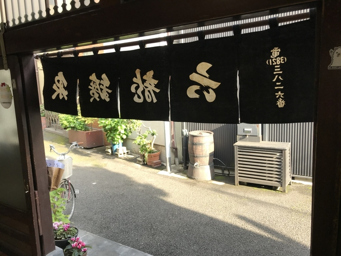 """温泉好きの方にお勧めなのが、天然温泉の銭湯です。 上野には、幾つかの天然温泉施設がありますが、中でも人気が高いのが、動物園通りから少し路地を入った住宅街にひっそりと建つ「六龍鉱泉(ろくりゅうこうせん)」です。  地域に根付き、今も現役の当銭湯は、外部も内部も、""""ザ・銭湯""""といったスタイル。脱衣場もゆったりとして、浴室も天井高く広々。ペンキ絵やタイル、体重計やロッカー等など、内装も調度品もレトロ感いっぱいです。  湯は、""""黒湯の鉱泉""""で、江戸っ子好みの湯の熱さ。泉質が良いと評判で、遠くからわざわざ出向いて来る人も多い人気湯です。散歩の後で入るひとっ風呂は、いつの季節でも爽快です。タオルは販売されているので、気が向いた時にフラリと利用することができます。(月・木が休日。詳細は以下の銭湯組合のHPで確認のこと。銭湯内の撮影は禁止)"""