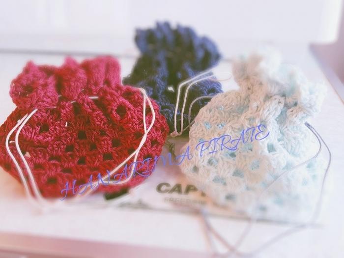 小さなてまり風の巾着袋の編み方です。飴を入れたり、ドール用のミニバッグにしたりと使い方もいろいろできそう。小さい作品なので、あっという間に編みあがります。毛糸が中途半端に余っているときに、練習がてら編んでみるのもおすすめです。最後にワックスコードを通して出来上がりです。