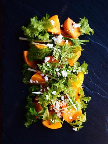 柿のオレンジは緑の葉物と相性も良く、綺麗に盛り付けると彩りが良くビジュアル満点の美しい一皿に仕上がります。そして程よい甘みがわさび菜や春菊などの少し癖のある葉物にぴったり!カッテージチーズを盛り付けて召し上がれ。