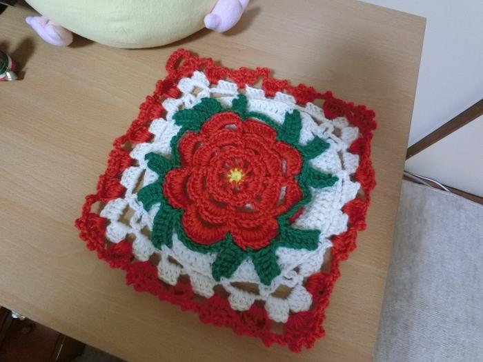 ひとつあるだけで、ぱっとお部屋が華やぐポットホルダーです。白い毛糸が入ると、ほかの色が引き立ちますね。お花の部分はきつく編みすぎないように気を付けると、やわらかなお花の雰囲気を出すことができます。編んでいる途中で、すこし作品を遠目に見てみると、バランスよく仕上がります。