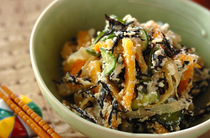 ひじきにきゅうり、柿に塩くらげなどたくさんの具材で作る白和えは、それぞれの持ち味が一体化してとっても美味しい!あと一品欲しい時にもおすすめのレシピです。