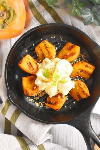 グリルパンで焼き目をつけた柿がなんとも艶っぽい「柿のハニークリームチーズ」。柿に火を通すことでより甘さを引き出し、クリームチーズで酸味を与えつつハチミツやシナモンシュガーでしっかりまとめる構成力の高い絶妙な一品です。