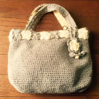 小さなお花で縁取ったバッグは、ガーリーでキュートな印象。お花には小さなビーズがついていて、光を反射してきらりと光ります。